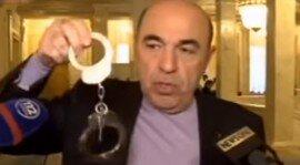 В Раду принесли наручники для Яценюка